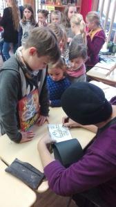 Warteschlange zum Signiertisch - Rudy Eizenhöfer signiert fleißig