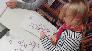 Die Kinder aus der Lese- und Schreibwerkstatt zeichnen ihre eigenen Orks