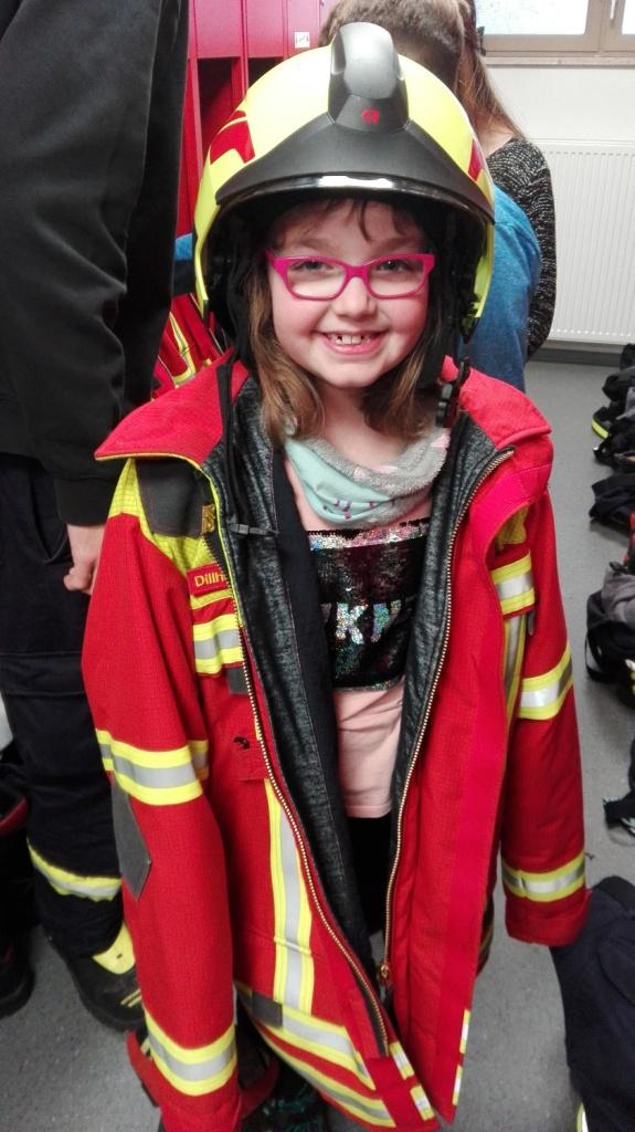 Helm und Feuerwehreinsatzjacke