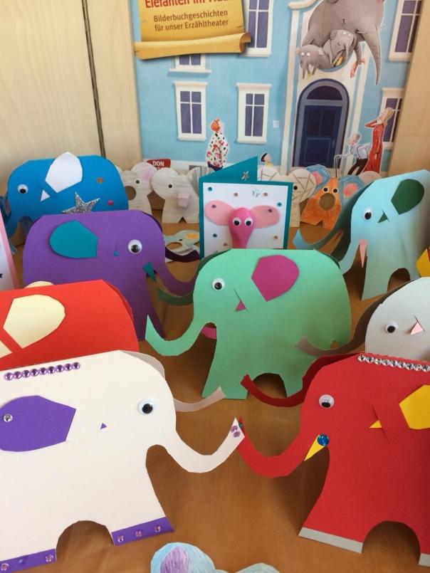 Viele Elefanten vor dem Kamishibai