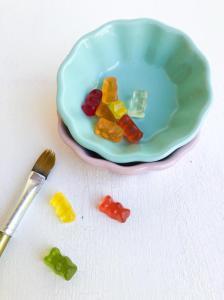 Gummibärchen in Schale, Pinsel daneben
