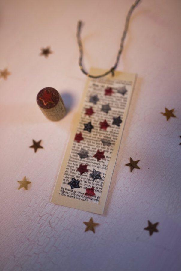 Ein gebasteltes Sterne-Lesezeichen und in Korken, der als Stern-Stempel umgebastelt wurde