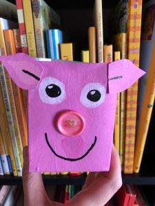 Ein aus einem leeren Karton gebasteltes Schwein